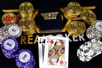 Jetons, bitcoins, cartes, poker, reine de carreau, valet de trèfle
